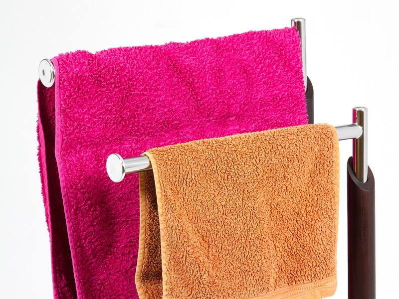 Toallero de pie en madera y cromo toalleros para ba o - Colgador de ropa de pie ...